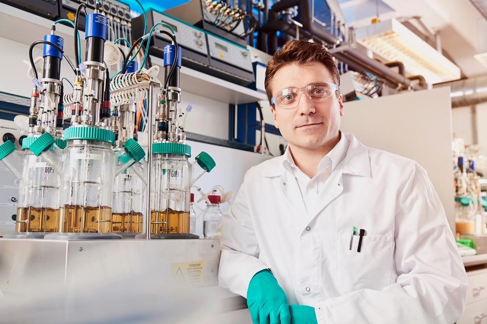 新闻图片:来自科思创的Gernot Jäger博士负责领导该生物基苯胺项目团队。其他成员包括来自拜耳公司、斯图加特大学和亚琛工业大学的研究人员。.jpg